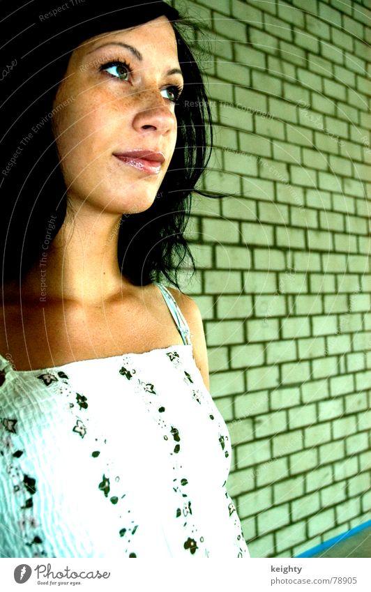 go green Frau Blume grün Sommer schwarz Haare & Frisuren Mauer verfallen Backstein Top