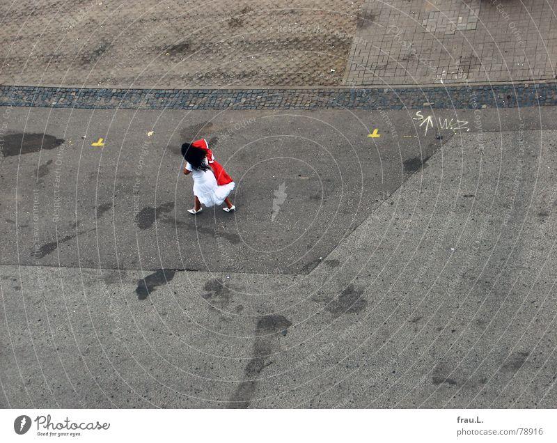 Schneewittchen rennt Frau Mädchen Kleid Damenschuhe Geschwindigkeit feminin Fahrbahn schwarz Straßenbelag ausgehen Verabredung Braut Weltmeisterschaft schick