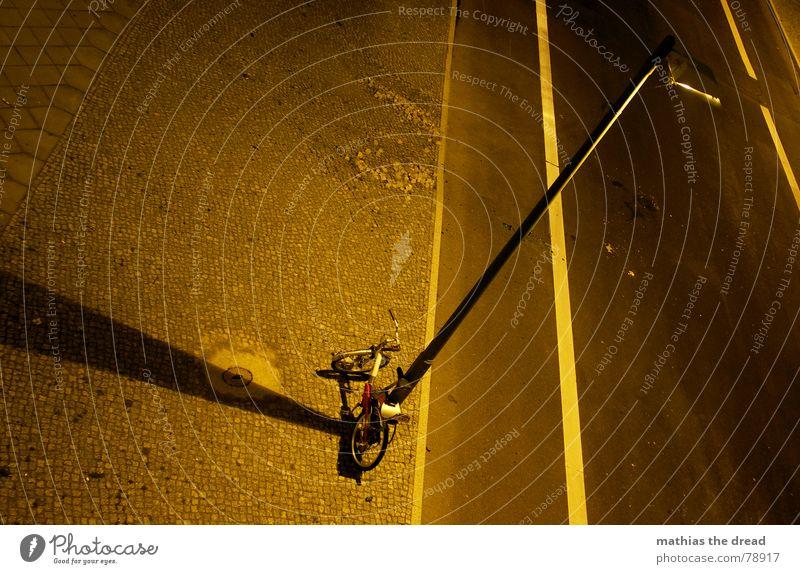 ein fahrrad beim anschaffen! Bürgersteig Mosaik eckig gelb Rechteck abgelegen Bordsteinkante hart Streifen Asphalt Laterne Licht Physik Nacht dunkel parallel