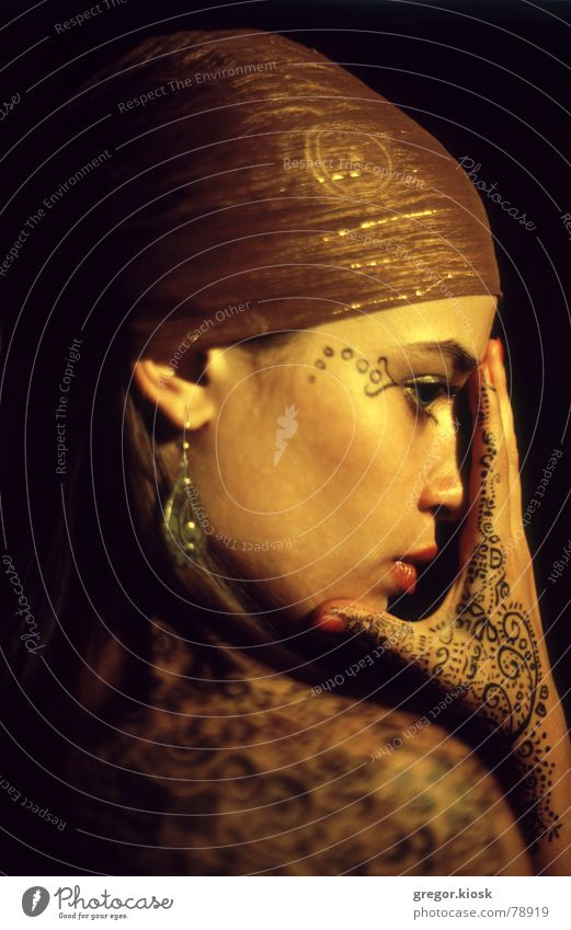 Golden touch Frau Hand schön Mädchen Stil Mode gold Romantik Leidenschaft Schminke Indien falsch Ornament Kosmetik