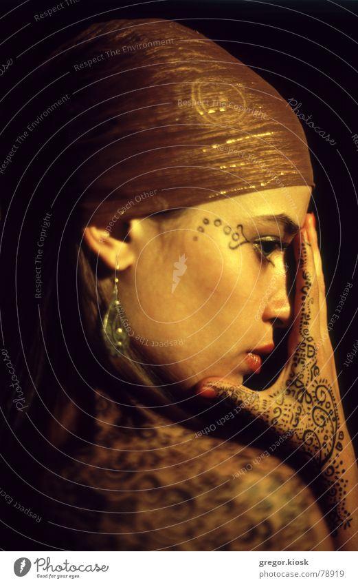 Golden touch Schminke Indien falsch Ornament Nahaufnahme Mädchen Hand Leidenschaft Porträt Frau schön gold scarf wrap ear ring oriental spiritual chakra humerus
