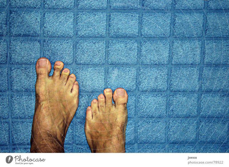 Mit dem falschen Fuß... Haut Pediküre Sommer Bad maskulin Mann Erwachsene 1 Mensch stehen blau gelb Frottée Bodenbelag Hautfarbe Zehen Barfuß Fußzehen Farbfoto