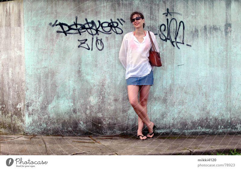 An der Mauer Minirock Bluse Frau Bürgersteig dreckig lachen alt Graffiti