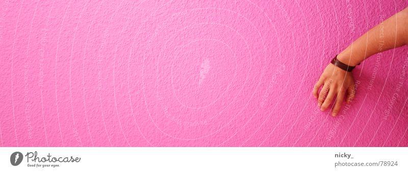 The Wall Mann Hand Einsamkeit Wand Mauer braun rosa Arme Finger leer