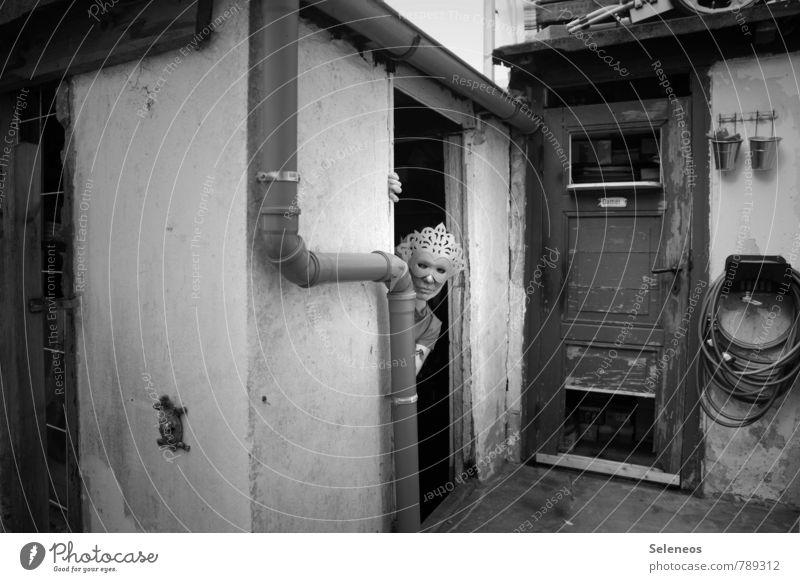Ihr seid herzlich eingeladen Mensch Frau Haus dunkel Erwachsene Wand Mauer Gebäude Wohnung Angst Häusliches Leben Tür bedrohlich Umzug (Wohnungswechsel) Hütte gruselig