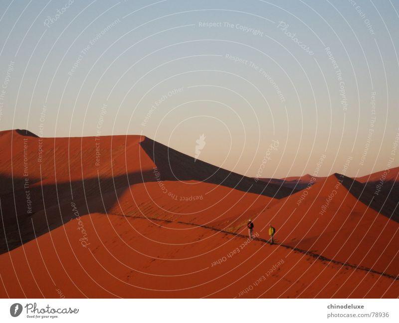 Morgendämmerung über der Namib rot Sonnenaufgang Abenteuer wandern Ereignisse Freiheit Ödland aufregend Wüste dune 45 roter sand soussesvlei menschen auf düne