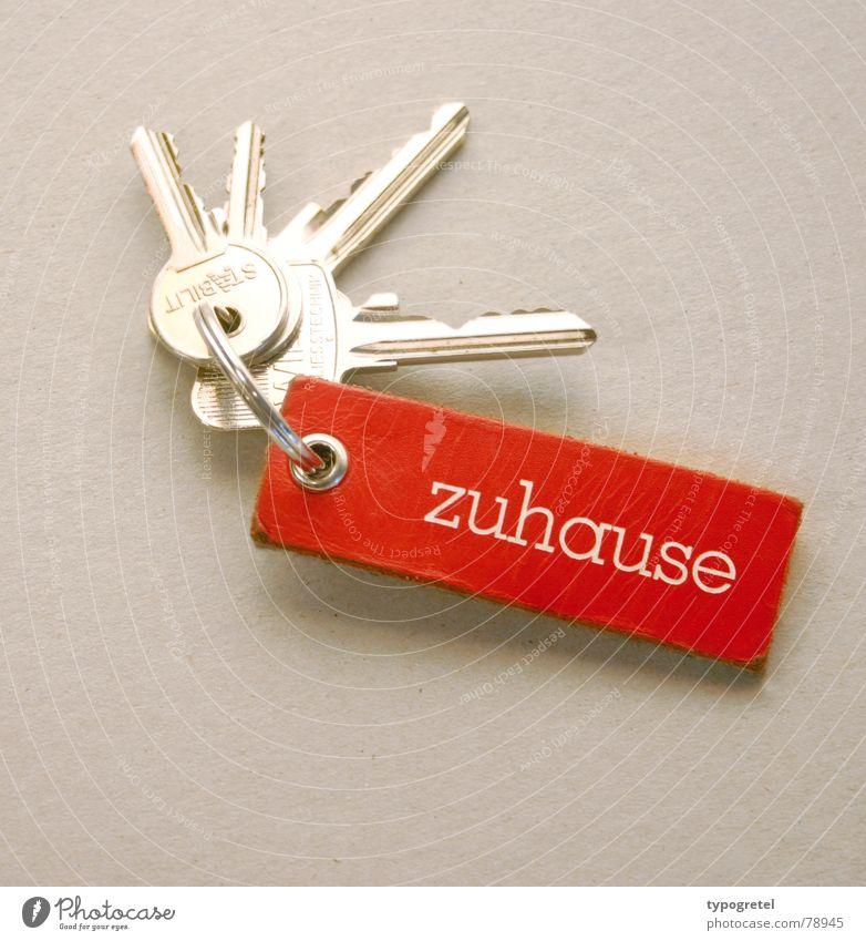 Zuhause Häusliches Leben Wohnung Haus Umzug (Wohnungswechsel) Tür Metall Leder Schilder & Markierungen Schlüssel Freundlichkeit glänzend positiv rot Glück
