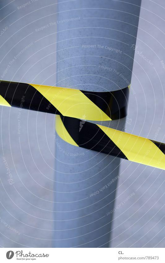 es flattaterte Wege & Pfade Barriere Metall Kunststoff gelb schwarz Sicherheit Tatort Laternenpfahl umwickelt Verbote Farbfoto Außenaufnahme Menschenleer Tag