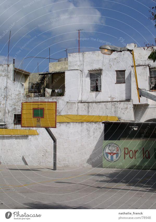 Basketball Playground in La Habana Havanna Kuba Blauer Himmel verfallen playground abandoned area cuban flag concrete