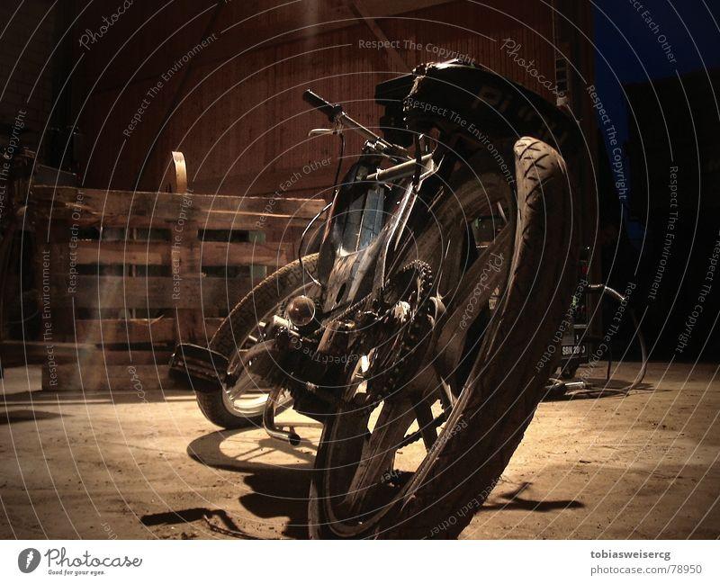Zeit zum Basteln alt Motorrad obskur Kette Kleinmotorrad Scheune Rahmen Fahrrad Fahrradlenker Felge