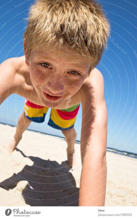 geschafft l smile Rot Gold Mensch Kind Ferien & Urlaub & Reisen Sommer Meer Freude Strand Leben Küste Junge Spielen außergewöhnlich Sand Kopf Freizeit & Hobby Zufriedenheit