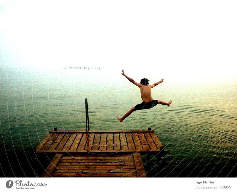 jump Mann Wasser Meer Freude springen Schwimmen & Baden tief Steg Wassersport