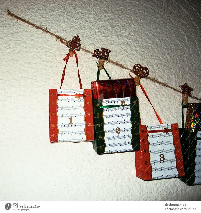 Geschenke :-) 1 2 3 Schnur Wand weiß rot grün glänzend Nagel Lokomotive Spielen Bast Tanne Backwaren verpackt Lied Überraschung geduldig aufmachen Freude