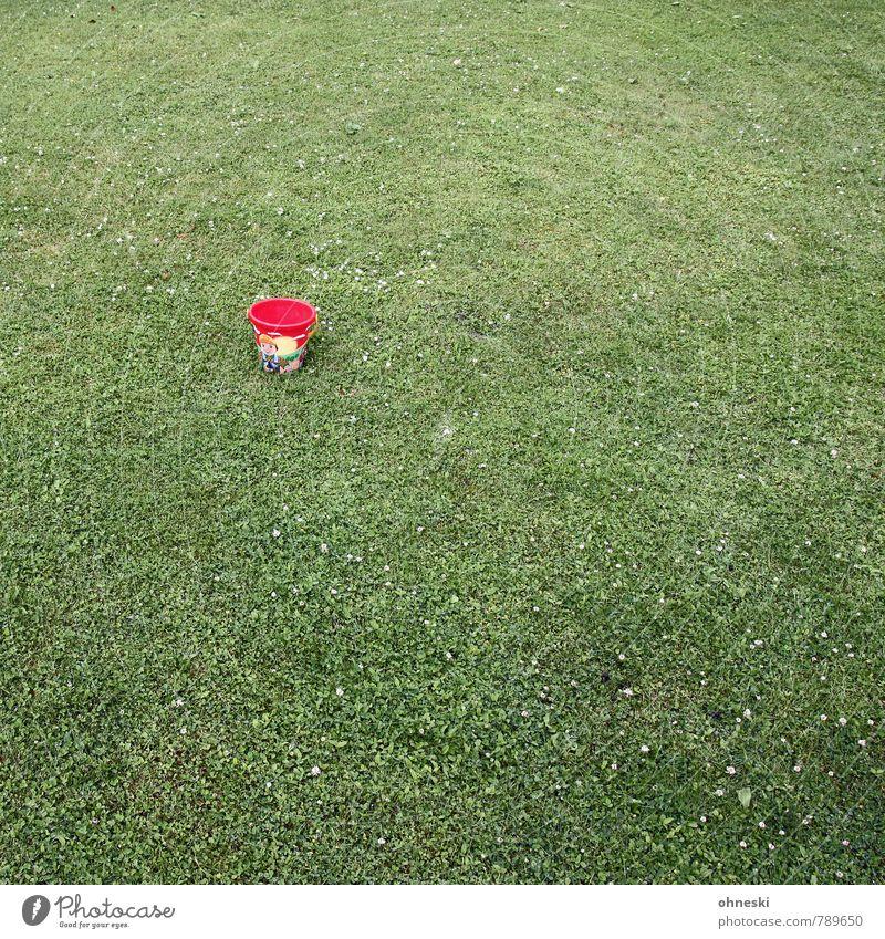 Kleiner Eimer Gras Garten Wiese Behälter u. Gefäße Spielzeug grün rot Einsamkeit Kindheit Farbfoto Außenaufnahme Strukturen & Formen Menschenleer