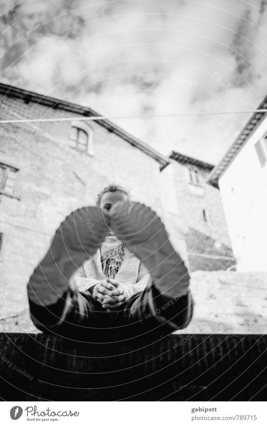 Im Profil Frau Ferien & Urlaub & Reisen Stadt Fenster Erwachsene Wand Mauer Fuß Fassade maskulin sitzen Schuhe Dorf Reifenprofil Kleinstadt Toskana