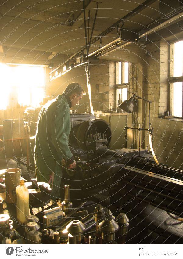 Drehmaschine Mann alt Haus dunkel Fenster Wand Holz Wärme Gebäude Metall Lampe hell Arbeit & Erwerbstätigkeit dreckig planen Baustelle