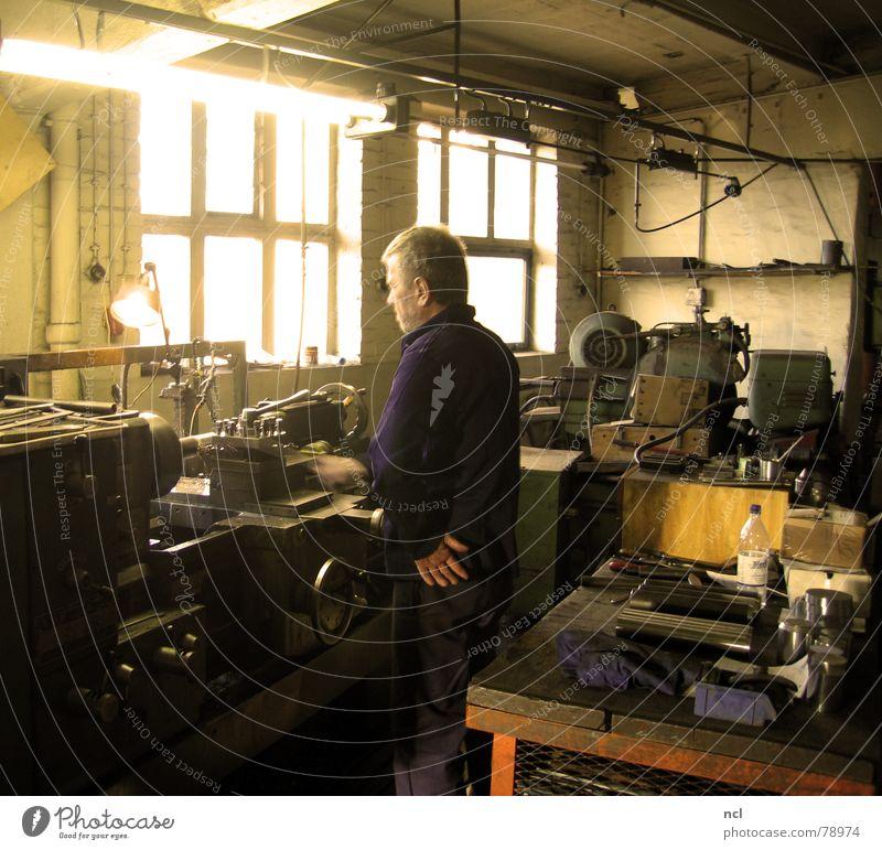 Werkstatt | Arbeiter alt Haus Fenster Wand Handwerker Holz Wärme Metall Lampe hell Arbeit & Erwerbstätigkeit dreckig Aktion Physik Beruf drehen