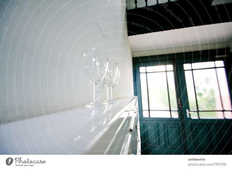 3500 Fotos! Sekt für alle! Treppenhaus Häusliches Leben Wohnhaus Glas Weinglas Sektglas Tür Eingangstür Fensterscheibe Wand Flur Menschenleer Textfreiraum Mauer
