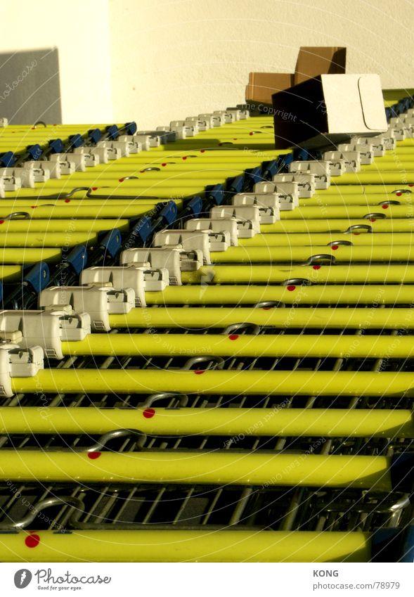 hanging around at the supermarket Supermarkt Straßenhaftung Kaufhaus Ein Schnäppchen machen Einkaufswagen gelb Einkaufszentrum Haushalt Industrie