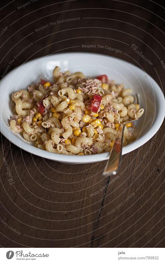 nudelsalat Gesunde Ernährung Lebensmittel Foodfotografie lecker Appetit & Hunger Teller Backwaren Mittagessen Teigwaren Salat Salatbeilage Gabel Holztisch