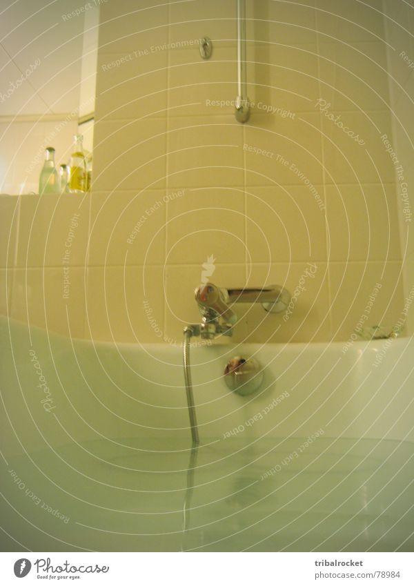 Badewanne Badewasser Wasserhahn Keramik nass Einsamkeit tonicwater duschbrause Schwimmen & Baden