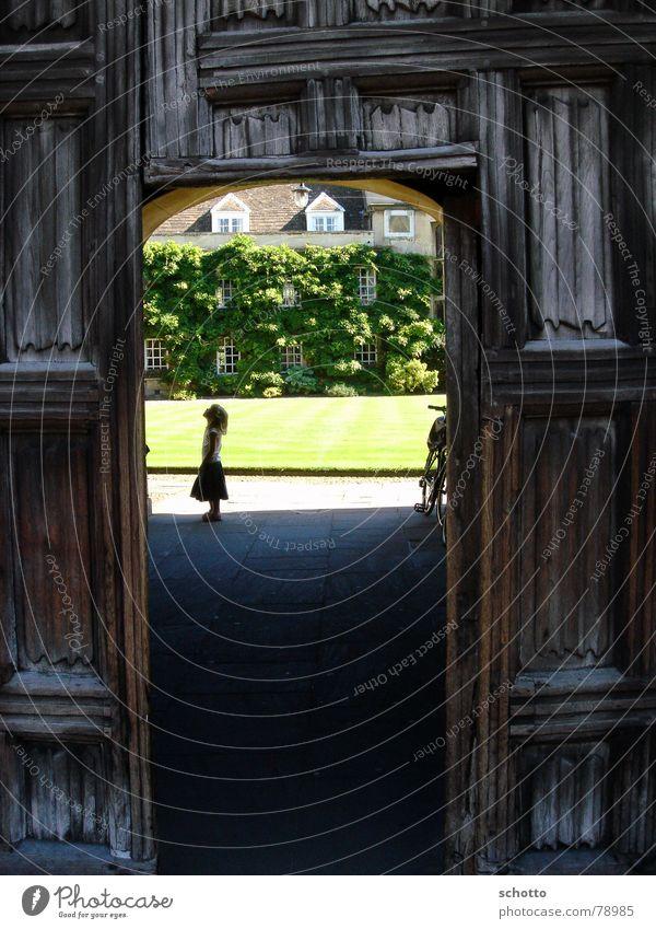 Sonnenhof Kind Natur Mädchen alt Sonne grün Haus schwarz dunkel Gras Holz Wärme hell braun klein