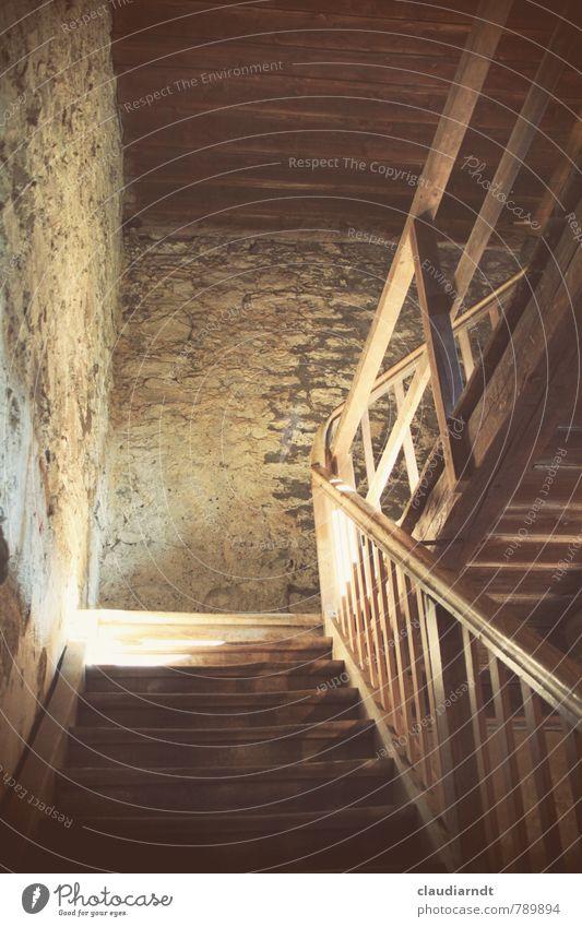Im Turm Mauer Wand Treppe gehen alt braun Treppenhaus Treppengeländer aufwärts aufsteigen massiv Holz Stein unten Blick nach oben Farbfoto Gedeckte Farben