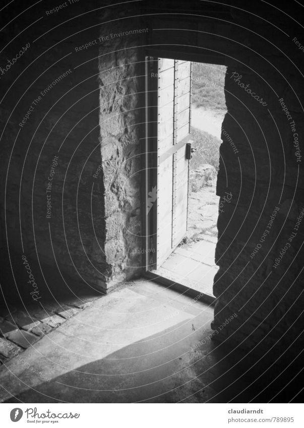 Ausgang Haus Bauwerk Gebäude Mauer Wand Tür hell Hoffnung Traurigkeit offen Lichtschein dunkel Gegenteil Schwarzweißfoto Innenaufnahme Menschenleer Tag Schatten