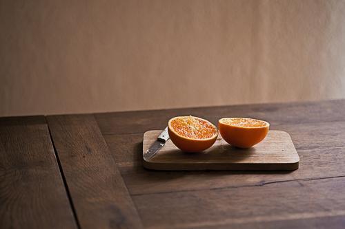 orange Lebensmittel Frucht Orange Ernährung Essen Bioprodukte Vegetarische Ernährung Messer Schneidebrett Gesunde Ernährung frisch Gesundheit lecker natürlich