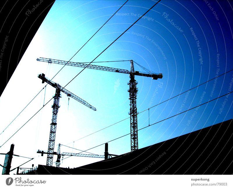 005 Himmel blau Stadt Sommer Sonne Haus schwarz dunkel Straße Gebäude hell Arbeit & Erwerbstätigkeit fliegen Eisenbahn Baustelle Industriefotografie