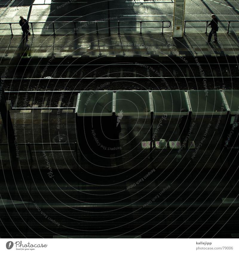 train spotting Berliner Verkehrsbetriebe Eisenbahn Straßenbahn Verspätung Gleise Bahnsteig Gegenlicht Ladengeschäft Arbeit & Erwerbstätigkeit Elektrizität