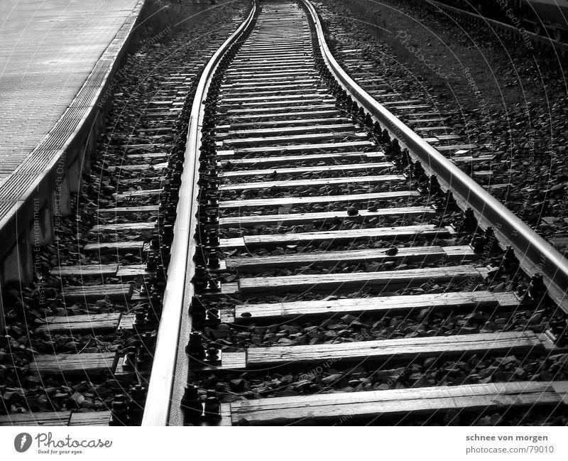 auf der schiefen bahn schwarz Straße kalt dunkel grau Wege & Pfade Stein laufen Beton Verkehr Eisenbahn trist Industriefotografie Asphalt Unendlichkeit Spuren