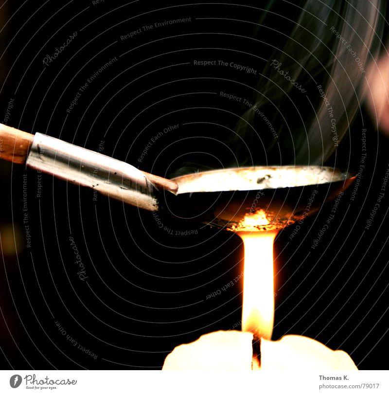 Bleigießen (oder: nein, das ist keine Drogenszene!) dunkel Holz Metall Brand gefährlich Kerze bedrohlich Silvester u. Neujahr Rauch Jahr Rauschmittel Flamme Griff Löffel Wachs