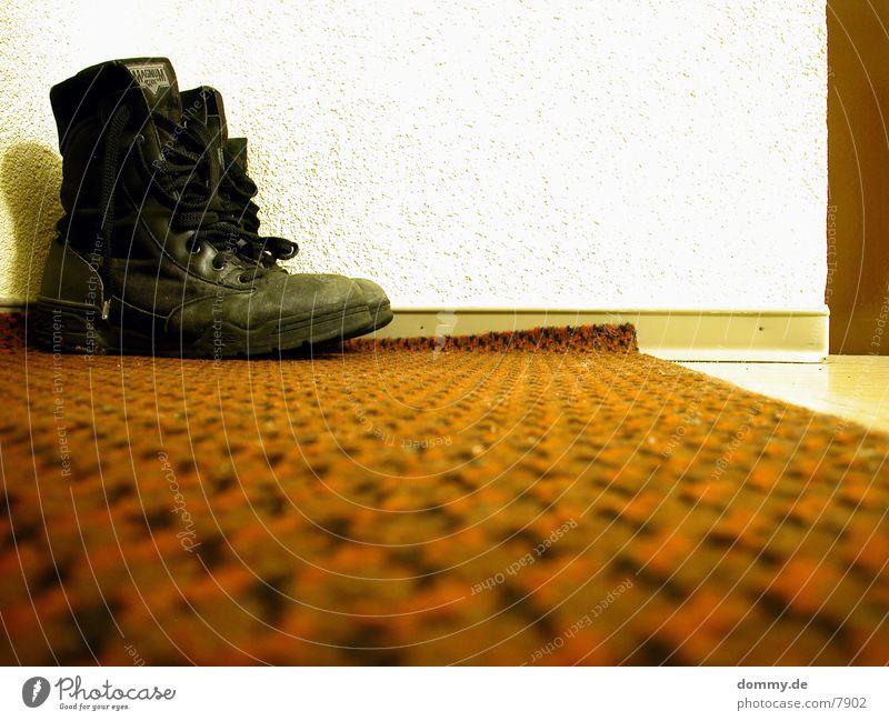Stiefelchen rot Tür Flur Teppich High-Tech
