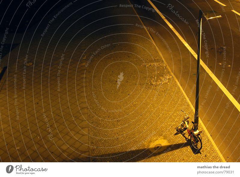 und noch einmal ... nur anders Bürgersteig Mosaik eckig gelb Rechteck abgelegen Bordsteinkante hart Streifen Asphalt Laterne Licht Physik Nacht dunkel parallel