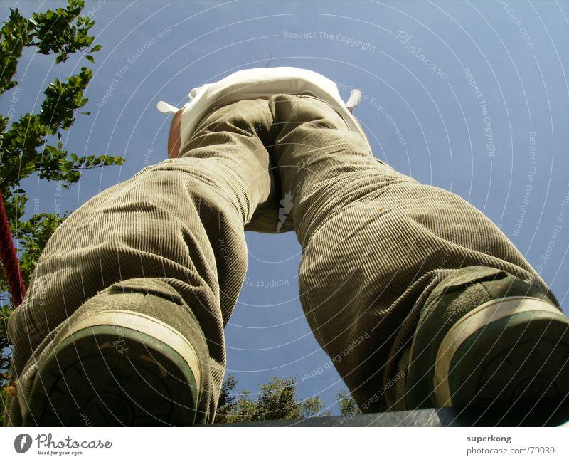 008 Mann blau Baum Beine Schuhe Rücken Perspektive Hinterteil Koloss