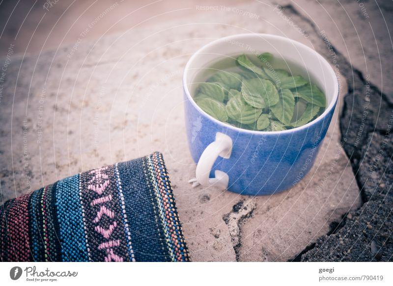 Minzentee Tee Tasse Erholung trinken Duft Flüssigkeit frisch blau mehrfarbig grün Zufriedenheit genießen Mauer Decke Farbfoto Außenaufnahme Menschenleer