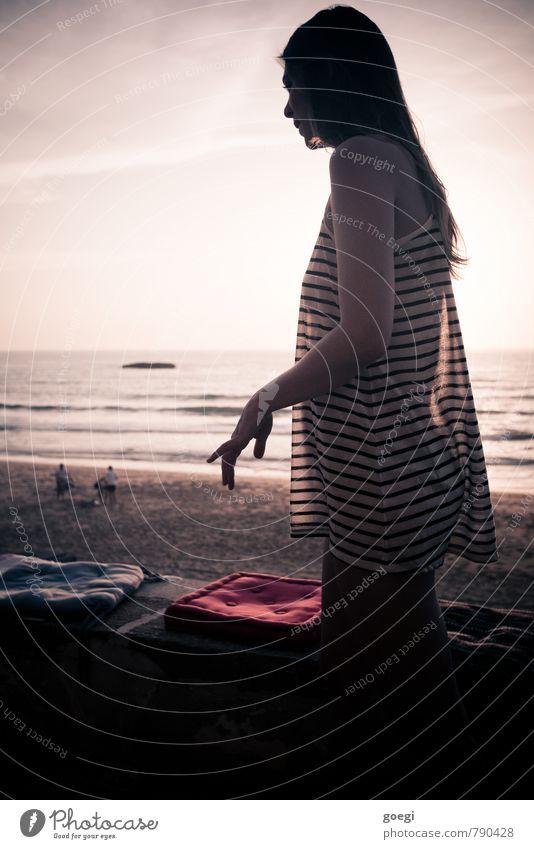 Anmut Mensch Frau Himmel Ferien & Urlaub & Reisen Jugendliche schön Sommer Junge Frau Erholung Meer rot Erotik Strand 18-30 Jahre Erwachsene feminin