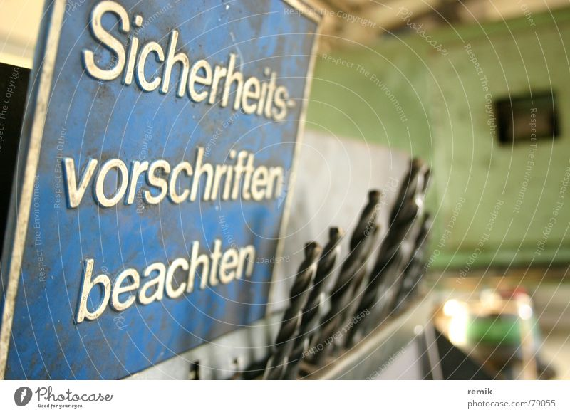 Sicherheit beachten alt blau Arbeit & Erwerbstätigkeit Fenster Angst Schilder & Markierungen gefährlich bedrohlich Baustelle Schutz Hinweisschild Werkstatt