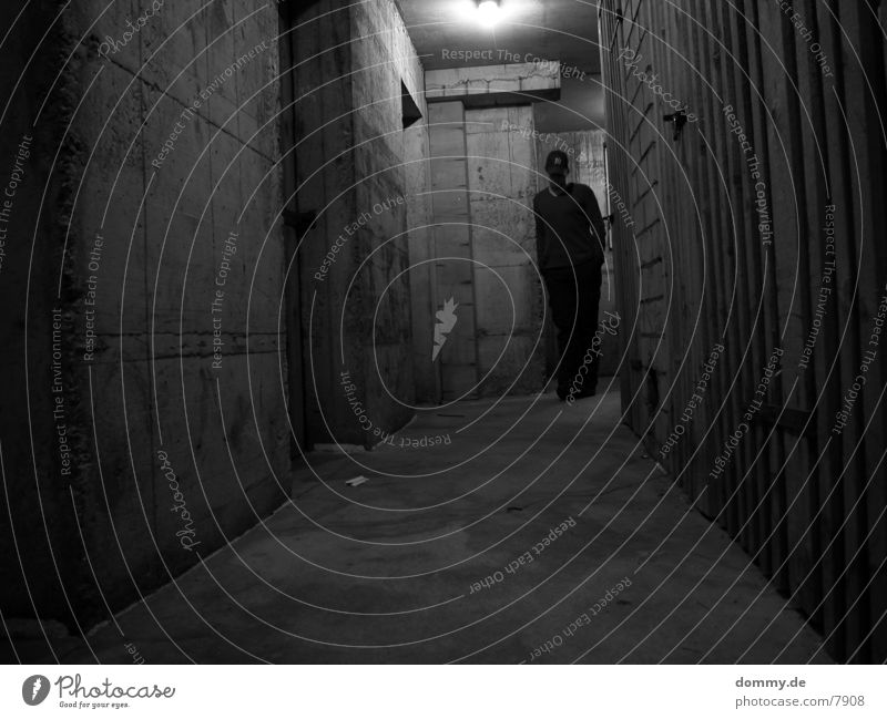 Dirty Mensch Mann dunkel Holz Architektur Beton Keller