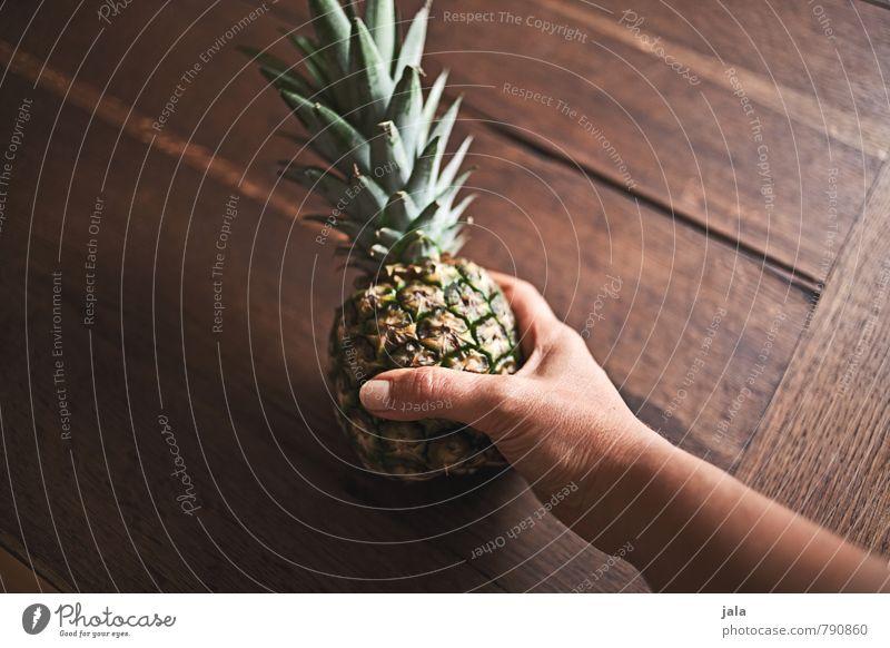 ananas Hand Gesunde Ernährung Erwachsene feminin natürlich Essen Gesundheit Lebensmittel Frucht frisch Ernährung süß gut lecker Bioprodukte Diät