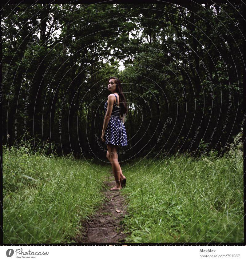 Das Mädchen im Wald Natur Jugendliche schön Baum Junge Frau 18-30 Jahre Erwachsene natürlich Beine träumen Idylle Sträucher stehen Ausflug beobachten