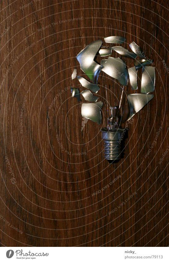 mir geht ein licht auf Lampe Platz kaputt Splitter Holz Reparatur Recycling dunkel Holzmehl Licht Haushalt zusammensetzen bulp Bodenbelag Idee frei hell silber