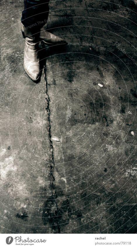 keep your position Mensch alt Einsamkeit dunkel Architektur Gebäude springen Stil Beine Fuß Schuhe Angst dreckig Beton Bodenbelag Bekleidung