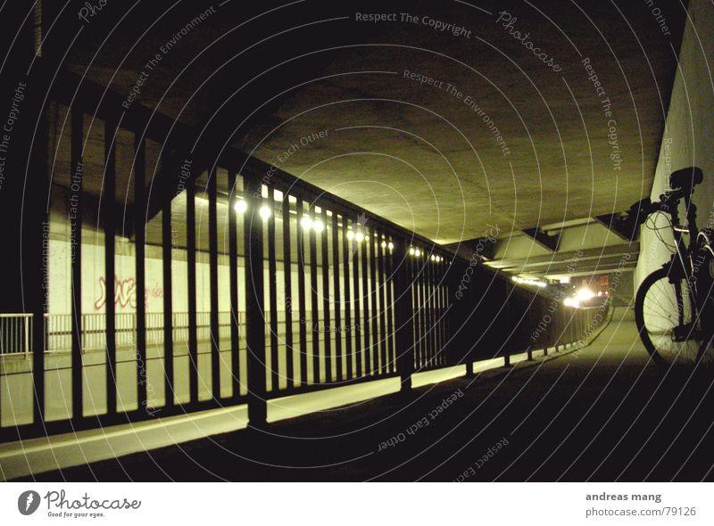 Verloren Einsamkeit Straße Lampe dunkel Wand Fahrrad warten Brücke stehen Asphalt Tunnel Bürgersteig Geländer Neonlicht Unterführung Leuchtkörper