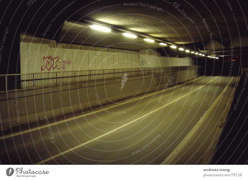 Unterführung Mittelstreifen Leuchtstoffröhre Bürgersteig schlafen Nacht dunkel stehen Licht Lampe Neonlicht Asphalt trist Straßenbelag Tunnel dreckig schwarz