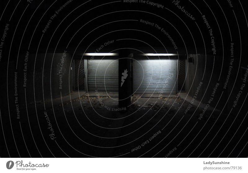Abfahrt fremd Einfahrt Garage Licht dunkel geheimnisvoll Nacht Tiefgarage schwarz London Underground Architektur anonym Tor Straße abwärts Tür Beleuchtung