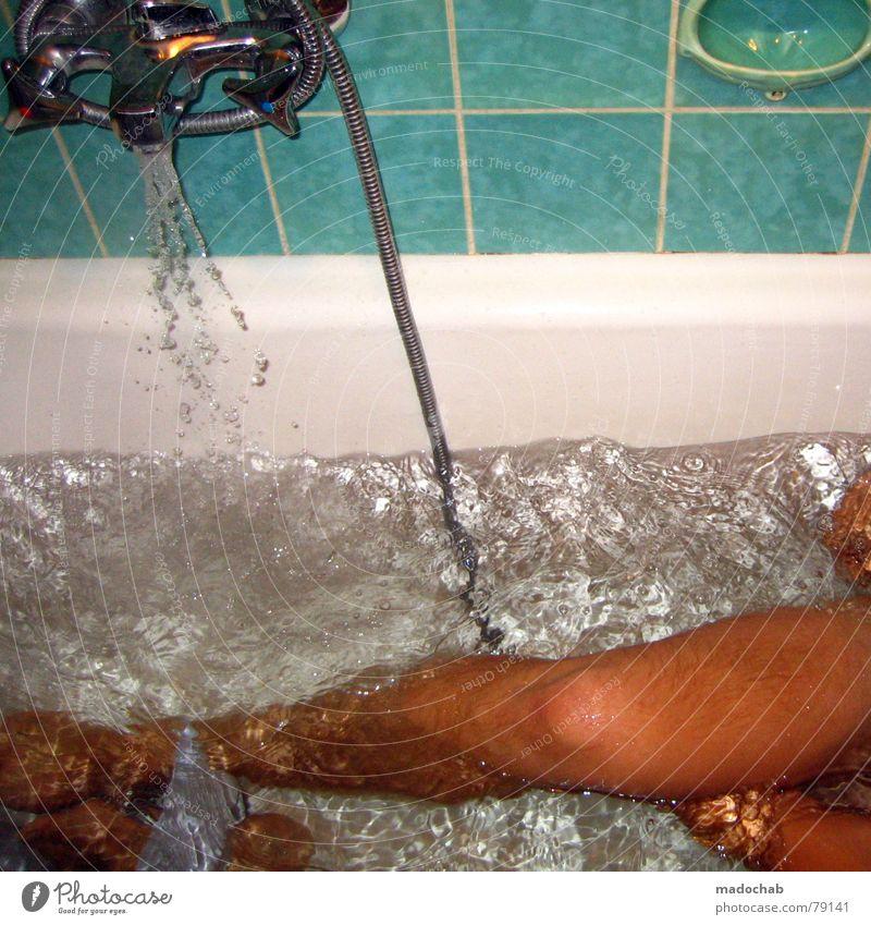 RÜCKENSCHRUBBEN Bad Badewanne Sauberkeit Reinigen Wasserhahn fließen nass Wasserschwall Wasserwirbel Mann nackt Schwimmen & Baden Waschen Dusche (Installation)