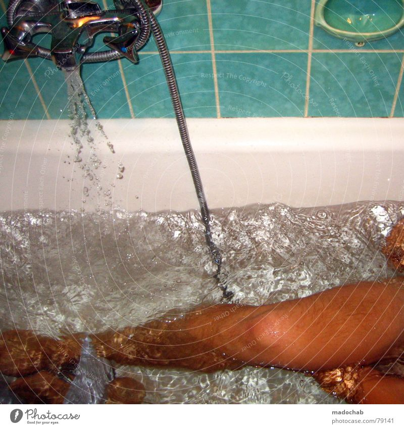 RÜCKENSCHRUBBEN Mann Wasser nackt Beine Schwimmen & Baden nass Häusliches Leben Reinigen Sauberkeit Badewanne Typ Dusche (Installation) Waschen fließen
