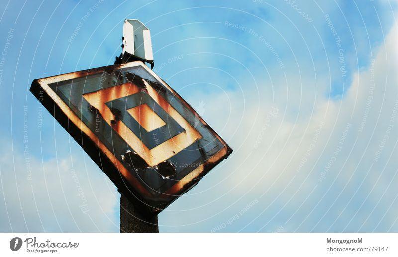 Rostig alt Himmel blau Sommer Wolken braun Metall Schilder & Markierungen Eisenbahn verfallen Hinweisschild Bahnhof Warnschild
